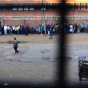 Oppositionen anser att de långa valköerna avsiktligt orsakats av det styrande partiet.