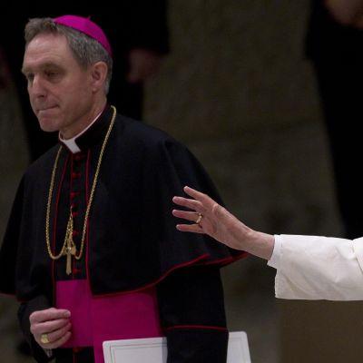 Påven anlände till mässan med utsträkta händer