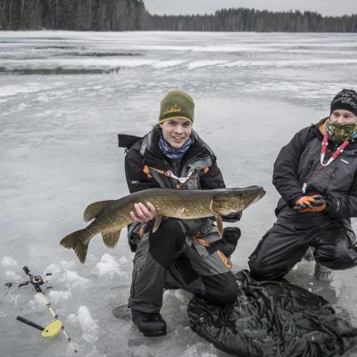 Kalastusopas Markus Sällinen esittelee ismete-metodilla kalastettua haukea.