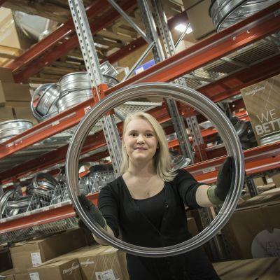 Putkiasentajaopiskelija Iida Peltoniemi työharjoittelussa LVI-Dahlilla Kokkolassa.