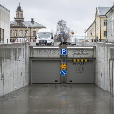Sisäänmenoväylä Pietarsaaren torin alla olevaan pysäköintihalliin.