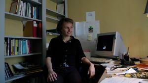 Elina Oinas i arbetrummet, tidigt 90-tal.