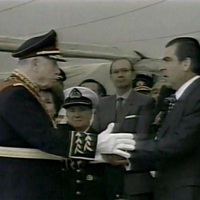 Augusto Pinochet luopui armeijan ylipäällikön tehtävästä ja luovutti valtansa symbolin valtikan seuraajalleen kenraali Ricardo Izurietalle seremoniassa 10. maaliskuuta 1998.