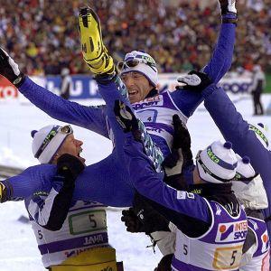 Suomen miesten viestijoukkue MM-hiihdoissa Lahdessa 2001.