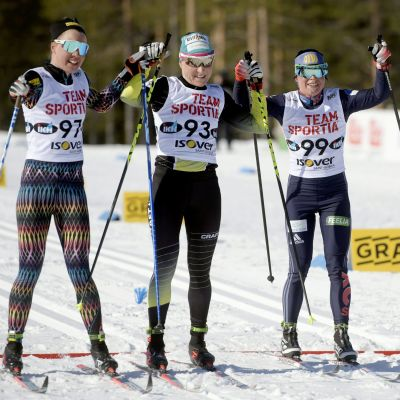 Kerttu Niskanen, Aino-Kaisa Saarinen ja Krista Pärmäkoski ylittivät maaliviivan yhdessä.