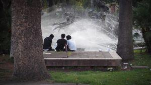 Utanför tågstationen i Catania samlas asylsökande vid fontänen.