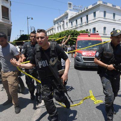 Tunisian turvallisuusjoukkoja tapahtumapaikalla.