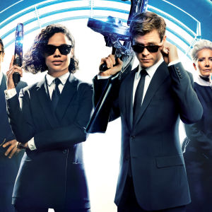 De hemliga agenterna (Liam Neeson, Tessa Thompson, Chris Hemsworth och Emma Thompson) i Men in Black poserar med vapen.