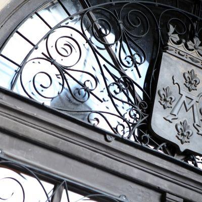 Turun vaakuna kaupungintalon oven yläpuolella.