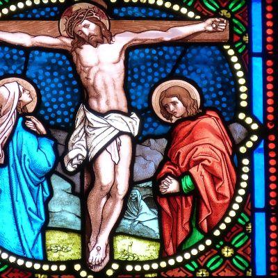 Glasmålning av Jesus på korset