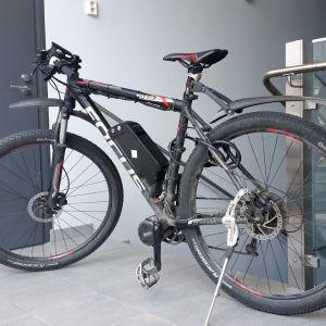 Sähköiseksi muutettu maastopyörä.