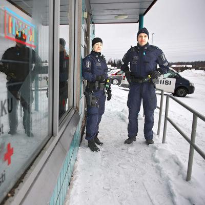 Två områdespoliser patrullerar.