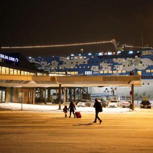 Passagerare utanför terminalen i Åbo.