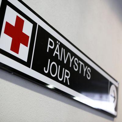 Tyksin T-sairaalan päivystyksen kyltti seinässä.