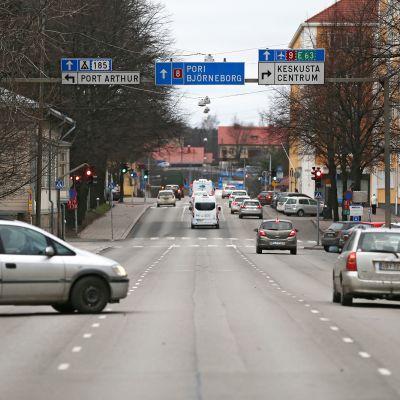 Liikennettä Turun Koulukadulla.