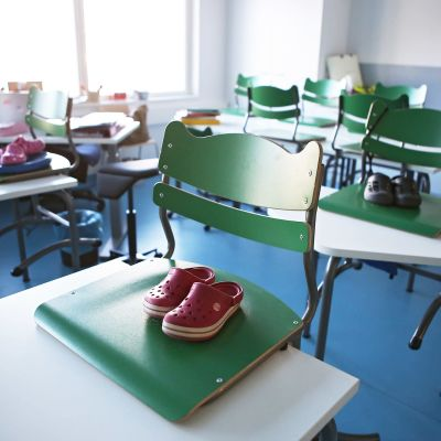 Tyhjä luokkahuone Ilmaristen yhtenäiskoulussa Liedossa.