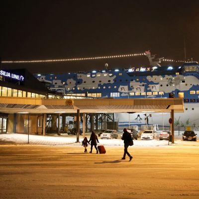 Matkustajat kiiruhtavat Tallink Siljan terminaaliin Turun satamassa.