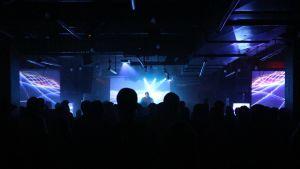 Under en av de slutsålda synthwavespelningarna spelade brittiska Perturbator.