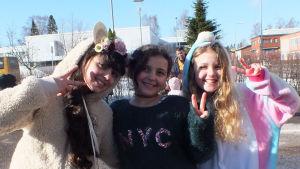 Noor,  Stella och  Tabark bor i Finland