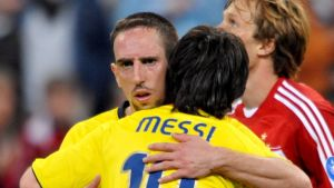 Franck Ribery omfamnar Lionel Messi i Champions League 2008/2009.
