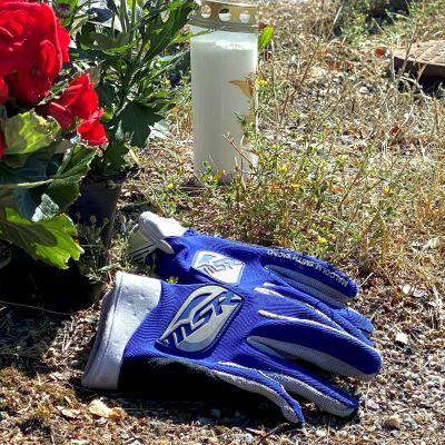 Blommor och ett par handskar på olycksplatsen.