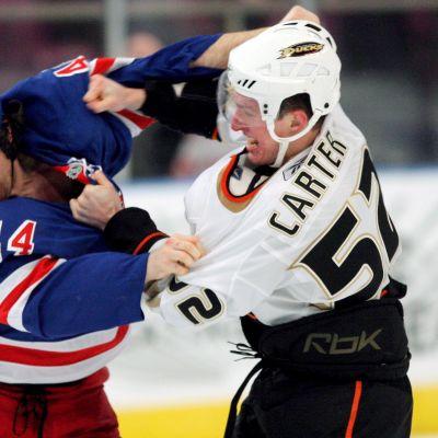 Ryan Hollweg myllyssä Ryan Carteria vastaan NHL-jäillä 2008.