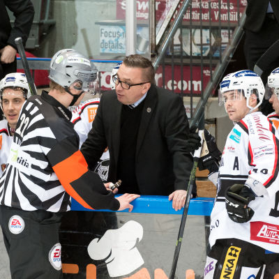 Ari-Pekka Selin diskuterar med domarna.