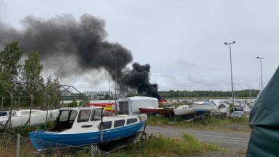 En båt brinner i hamnen i Färjstranden i Hirvensalo.