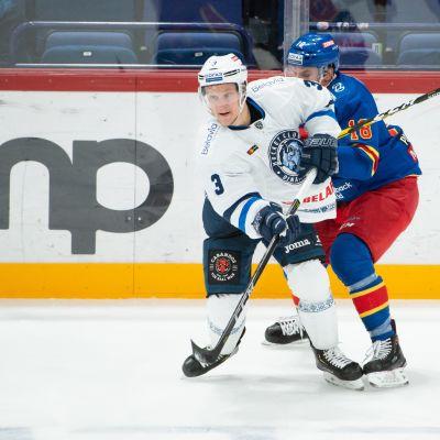 Kuvassa Dinamo Minskin Teemu Pulkkinen ja Jokerien Sami Lepistö