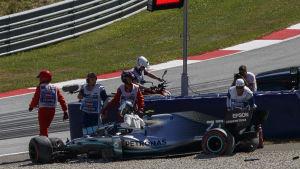 Valtteri Bottas stiger upp ur sin förstörda bil.