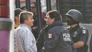 Mexikansk polis under en drogräd