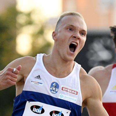 Viljami Kaasalainen firar segern i Åbo. Till höger Tuukka Huuskola.