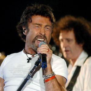 Den brittiska sångaren Paul Rodgers på scen tillsammans med gitarristen Brian May.