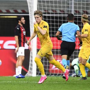 Bodø/Glimts Jens Petter Hauge firar sitt 2–3-reduceringsmål i Milano den 24 september.