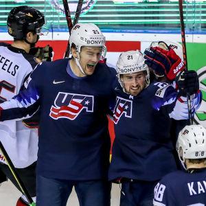 Dylan Larkin firar sitt mål tillsammans med lagkompisarna James vna Riemsdyk (th) och Patrick Kane (tv).