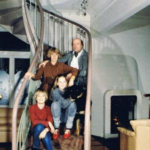 Sirkka-Liisa Krapinoja-Sass'n perhe kierreportailla istumassa kotona Saksassa.