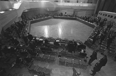 ETYK I. Euroopan turvallisuus- ja yhteistyökokouksen ensimmäistä vaihetta edeltävä kokous Espoon Dipolissa, näkymä salista.