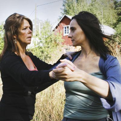 Aino (Miina Turunen, oik.) ja hänen tätinsä Veera (Terhi Panula).
