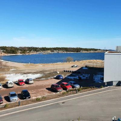 En parkeringsplats nära en havsstrand.