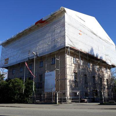 Pielisjoen linnan peltikatto uusitaan suojahupun alla kesällä 2018.