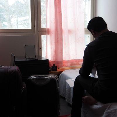 Hussein har packat sina resväskor, han åker frivilligt till Irak