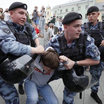 Mielenosoittaja pidätetään.