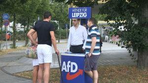Tyska AfD:s kampanjaktivister diskuterar med förbipasserande i Leipzig