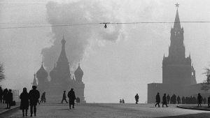 Mustavalkoinen kuva Moskovan Punaiselta torilta, ihmisiä.