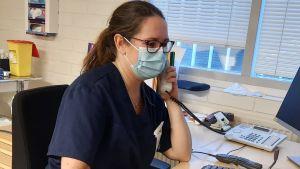 Sjukskötaren Sara Peltola ringer upp dem som insjuknat i corona eller utsatts för exponering av coronasmitta.