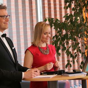 Janne Koskinen ja Riikka Holopianen valmistautuvat suoraan lähetykseen.