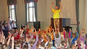 Apan Anders kommer att framföra sången Upp med händerna