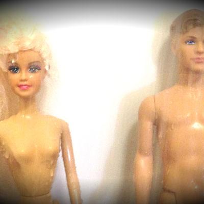 Två barbiedockor står i duschen