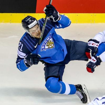 Juhani Tyrväinen i närkamp med en fransk spelare.