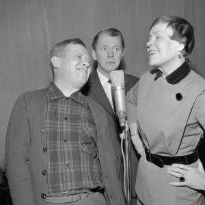 Näyttelijät Oke Tuuri, Kauko Helovirta ja Elsa Turakainen kuunnelmastudiossa v. 1967.